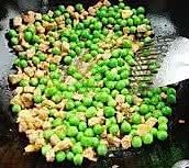 青豌豆炒肉丁  的做法图解4