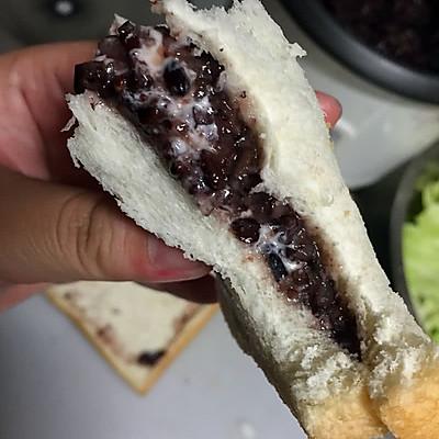 紫米奶酪面包紫米沙拉酱面包