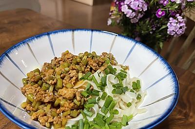 好吃到舔盘:蒜苔肉末拌面