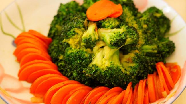 西兰花炒胡萝卜的做法