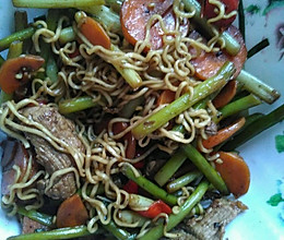蒜苔胡萝卜瘦肉炒面的做法