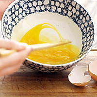 葱花蛋饼,快手营养早餐的做法图解3