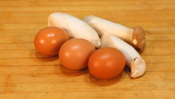 2根杏鲍菇,3个鸡蛋,简单一做,孩子天天点名都要
