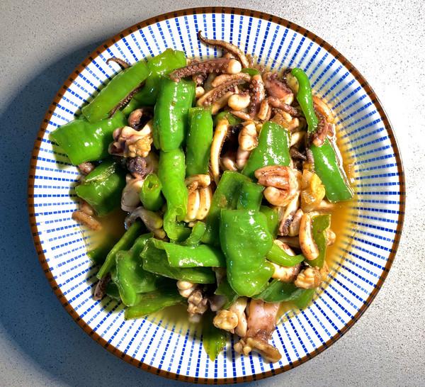 好吃又简单的:青椒炒鱿鱼须的做法