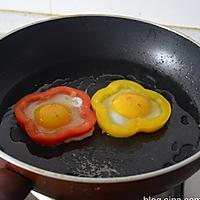 彩椒圈太阳花煎蛋 的做法图解4