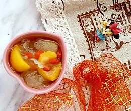 """#美食说出""""新年好""""# 枇杷雪梨银耳羹的做法"""