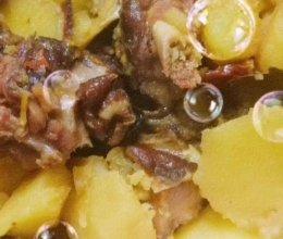 腊鸭腿焖土豆的做法