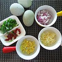 凉拌皮蛋:夏日家常快手菜的做法图解2