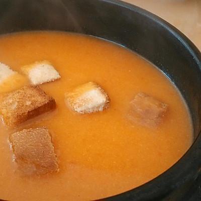 西红柿浓汤配烤吐司块