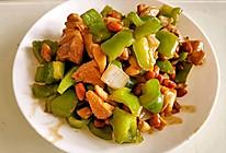 洋葱青椒炒鸡腿肉花生米的做法