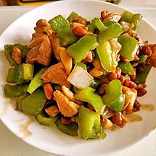 洋葱青椒炒鸡腿肉花生米