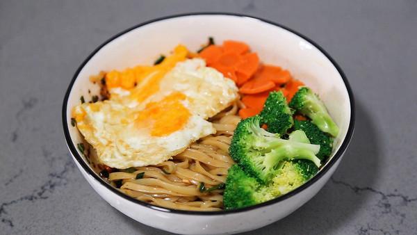 蔬菜煎蛋拌面