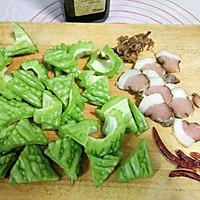 #一人一道拿手菜#腊肉炒苦瓜的做法图解1