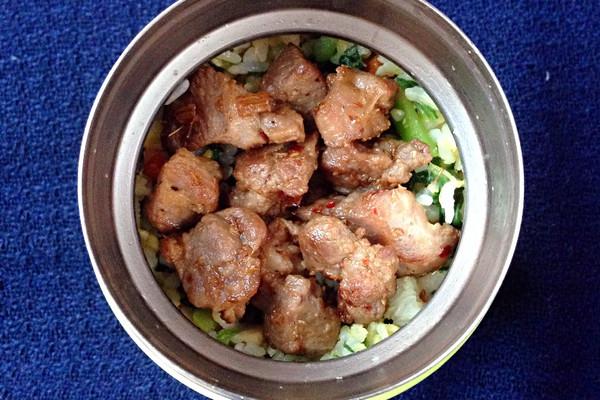 午餐便当 - 青菜咸肉蛋炒饭和炒烤肉的做法