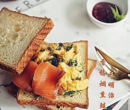 【香椿烟熏鲑鱼三明治】的做法