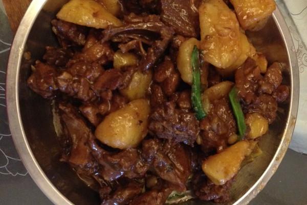 五味鸭闷土豆的做法