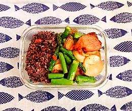 午餐便当--三色糙米饭+芦笋杏鲍菇炒腊肉的做法
