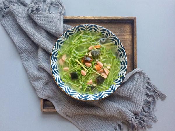 鲜美可口: 皮蛋火腿上汤豆苗的做法