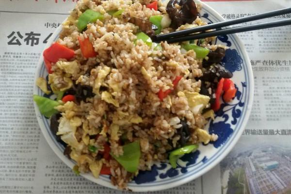 红黄蓝三色炒饭(大人孩子都喜欢)的做法