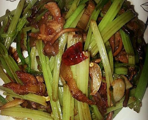 干煸茶树菇芹菜
