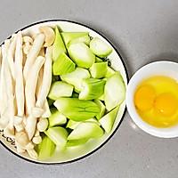 【孕妇食谱】菌菇鸡蛋烩丝瓜,清淡又鲜香,简单却营养~的做法图解2