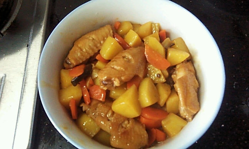 胡萝卜土豆焖鸡翅的做法