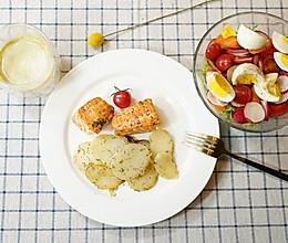 精致早餐:柠香三文鱼黄油土豆配生菜沙拉的做法