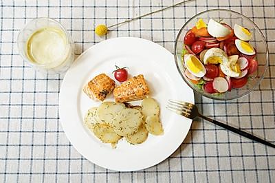 精致早餐:柠香三文鱼黄油土豆配生菜沙拉