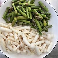 低脂芦笋蟹味菇的做法图解2