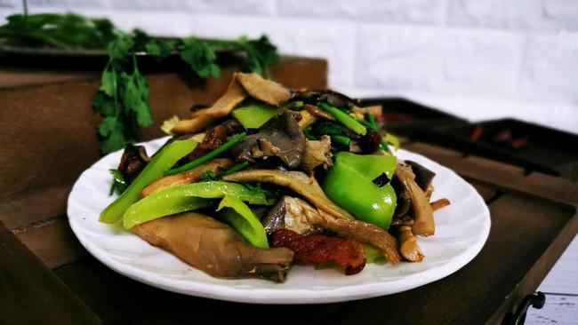 平菇炒青椒的做法
