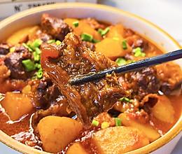 #肉食主义狂欢# 开胃下饭的番茄土豆炖牛腩,牛肉软烂入味的做法
