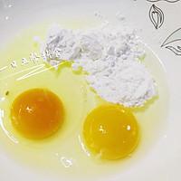 芝麻蛋卷 宝宝辅食,鸡蛋+牛奶+熟黑芝麻的做法图解1