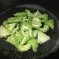 #一人一道拿手菜#腊肉炒苦瓜的做法图解2
