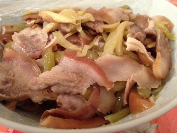 猪头皮炒咸菜的做法