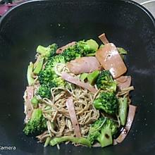 金针菇西兰花炒午餐肉