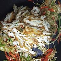 #仙女们的私藏鲜法大PK#圆白菜炒油条 鲜香好吃消耗剩油条的做法图解8