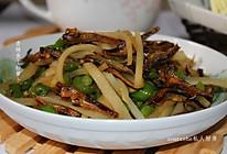 青椒萝卜炒鱼干的做法