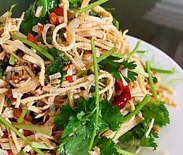 #我们约饭吧#拯救胃口的小凉菜 香菜拌豆腐皮的做法