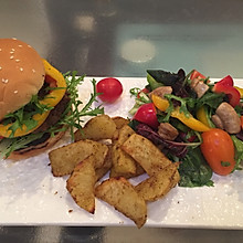 牛肉汉堡配薯角沙拉