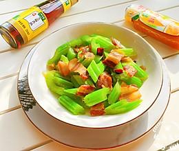 #太太乐鲜鸡汁芝麻香油#西芹炒腊肉的做法