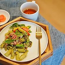 意大利面|迷人绿色的青酱,轻松在家搞定一款罗勒青酱培根意面