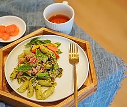 意大利面|迷人绿色的青酱,轻松在家搞定一款罗勒青酱培根意面的做法