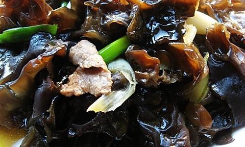 葱烧木耳炒肉的做法