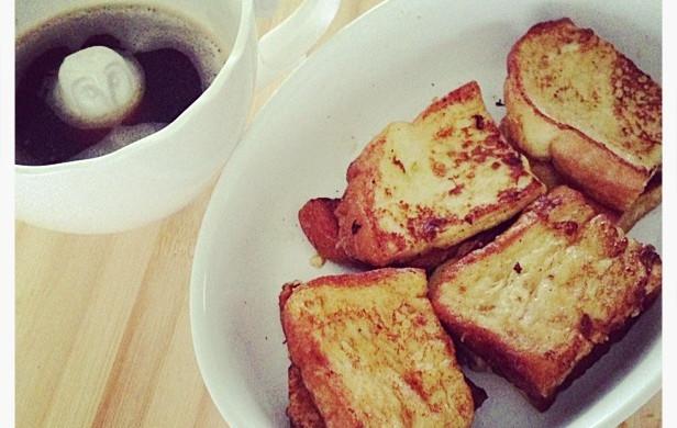 香喷喷的早餐-黄油牛奶面包片