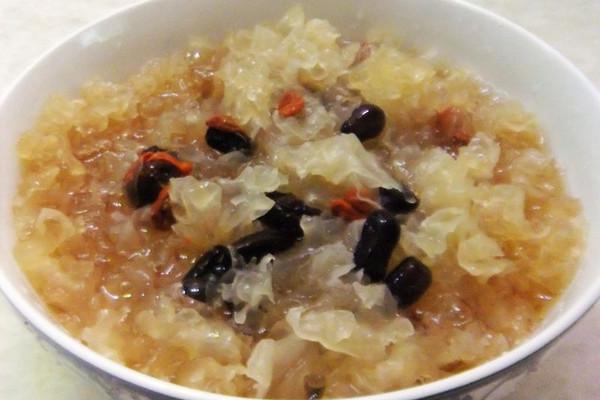 秋季润肺养生:红枣枸杞银耳羹的做法