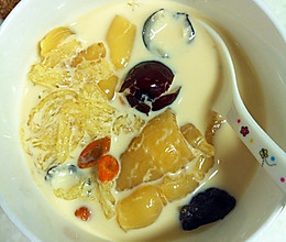 海椰皇牛奶燕窝炖花胶的做法