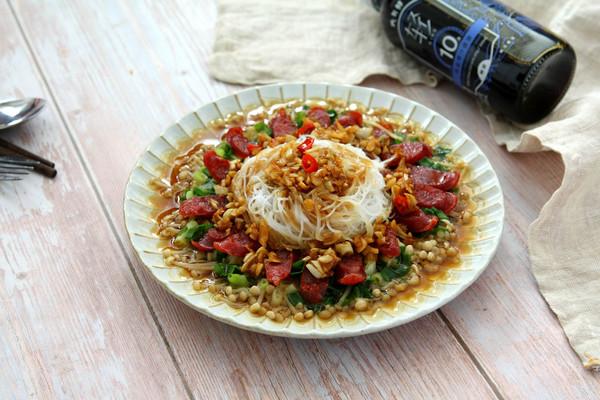 上桌待客颜值高——蒜蓉金针菇蒸腊肠的做法