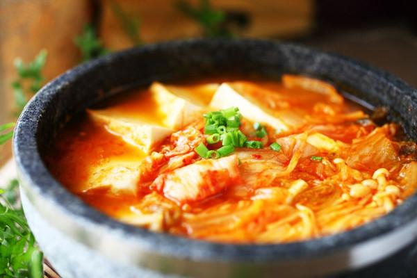 韩式辣白菜豆腐火锅的做法