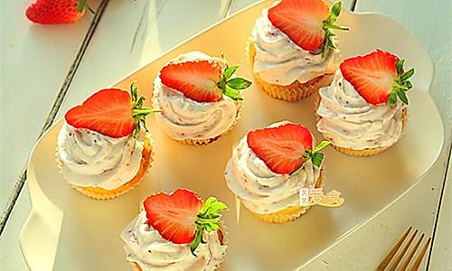 过节聚会最受欢迎的春意甜点——婉约动人的酸奶草莓蛋糕的做法