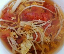 无油低盐低脂爽口西红柿金针菇汤的做法